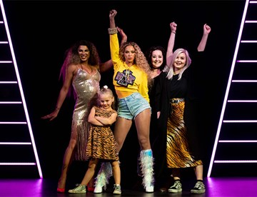 Fans with Beyonce's figure at Madame Tussauds London